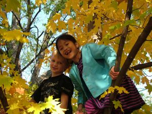 653653_kids_play_in_the_autumn_leaves